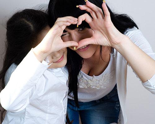 母と娘が手でハートマークを作る