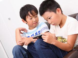 ゲームで遊ぶ男の子二人