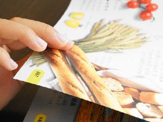 本のページをめくる子供の手