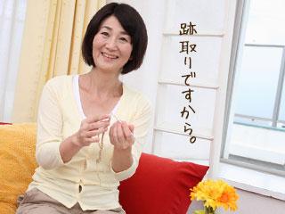 編み物しながら微笑む年配女性