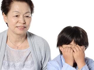 顔を隠す孫と嬉しそうな姑