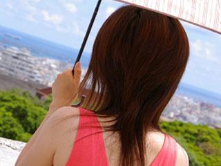 日傘をさす女性の背中