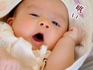 欠伸をする赤ちゃん