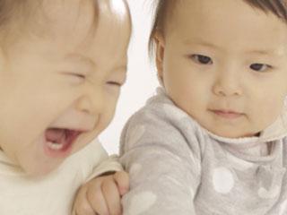 赤ちゃん同士が遊ぶ