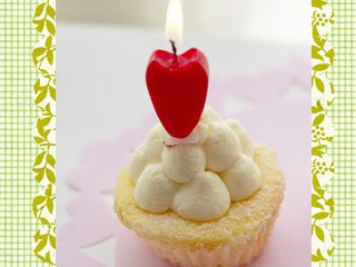 蝋燭が一本が立つ小さなケーキ