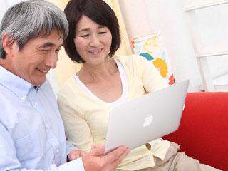 ノートパソコンを覗き込む義両親