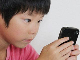 携帯を見る子供