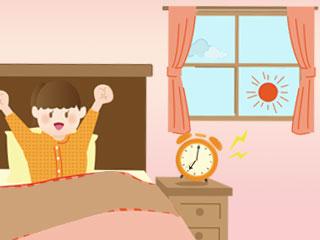 ベッドの中で両手を伸ばす女子