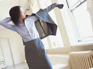 ビジネススーツを着る女性
