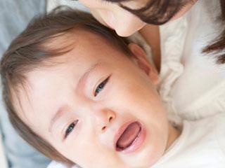 泣く子供と見つめる母親