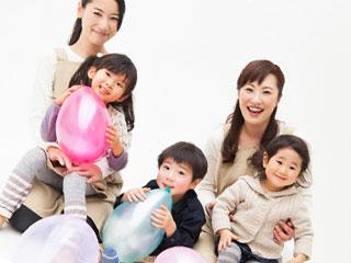 幼稚園の保育師と子供達