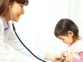 子供に聴診器を当てる女医
