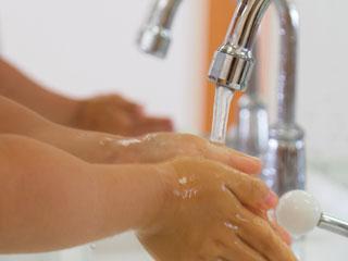 並んだ蛇口で手洗いする手