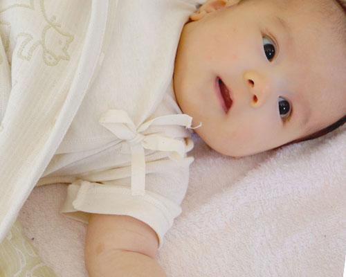 寝床で目を開けている赤ちゃん