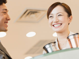 同僚と笑顔で話す女性