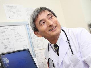 笑顔で応対する医者