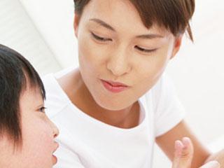 子供と会話する母親