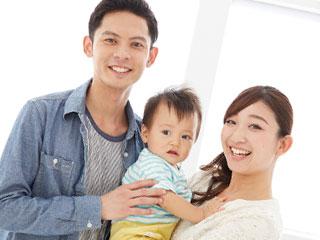 夫婦と子供三人が笑顔で並んでいる
