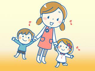 子供と手を繋ぐ保育師