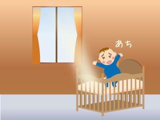 窓からの直射日光を受ける赤ちゃん