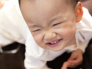 泣き出しそうな赤ちゃん