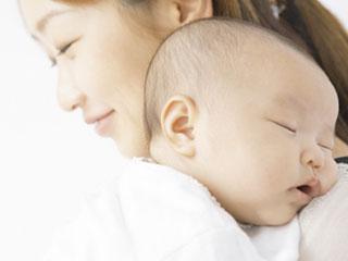 ママに抱っこされて眠る赤ちゃん