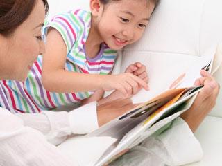 子供と本を見る母親