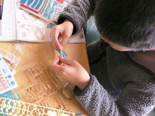 模型制作する少年