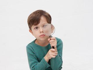 虫眼鏡で覗いてくる子供