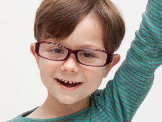 手を挙げる眼鏡をかけた男子