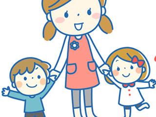 保育師と手をつなぐ子供達