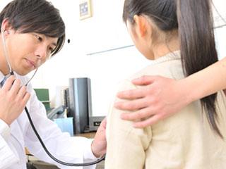 医師に診断される少女