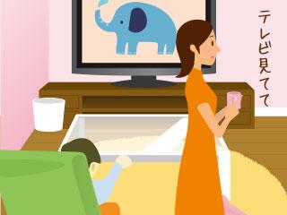 テレビを見る子供と家事をする女性