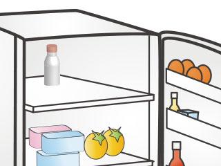 冷蔵庫の奥に置かれた哺乳瓶