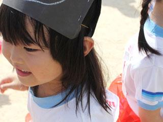 幼稚園のイベントで楽しそうな子供
