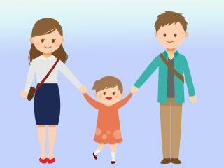 親子3人が手を繋いでいる