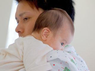 お父さんが赤ちゃんを抱っこする