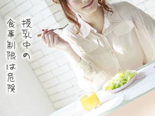 ジュースと野菜の食事をとる女性
