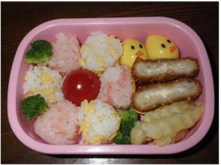 ピンクのお弁当箱にキャラ弁が入っている