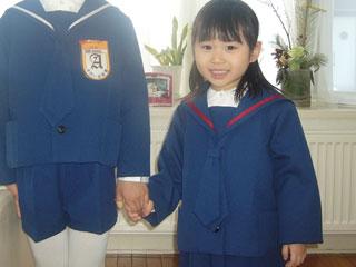 幼稚園の制服を着た男の子と女の子