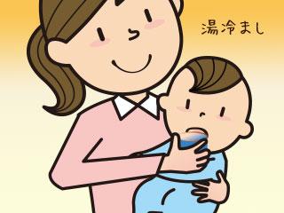 湯冷ましを赤ちゃんの口に入れる母