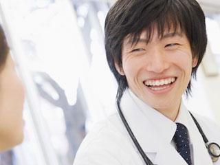 健診する医者