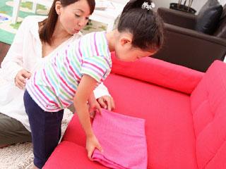 衣類をたたむ子供