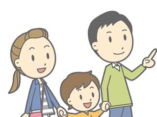 ママとパパに両側から手を引かれる子供