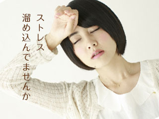 頭に手を当てて目を閉じる女性