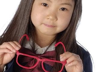眼鏡を持つ少女
