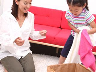 洗濯物の片づけを手伝う子供