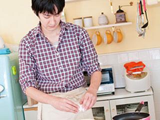台所に立つ男性