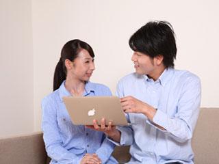 夫婦でパソコンを見ている