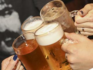 ビールグラスで乾杯